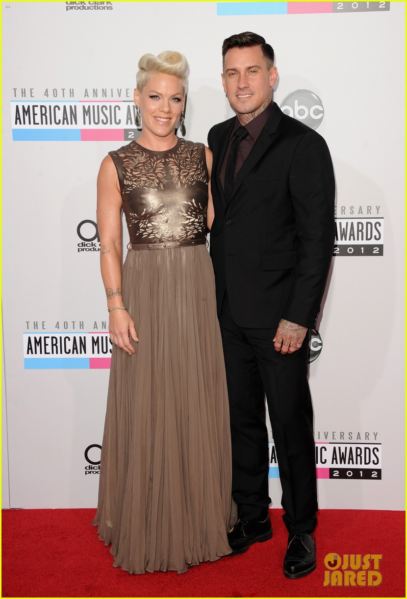 pink carey hart amas 2012 red carpet 05