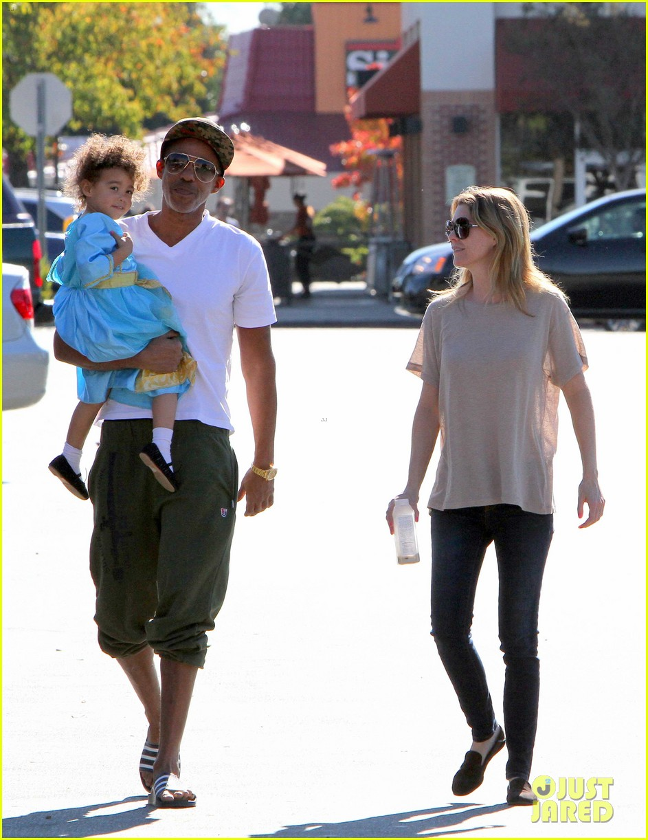 ellen pompeo chris ivery toys r us shopping with stella 05