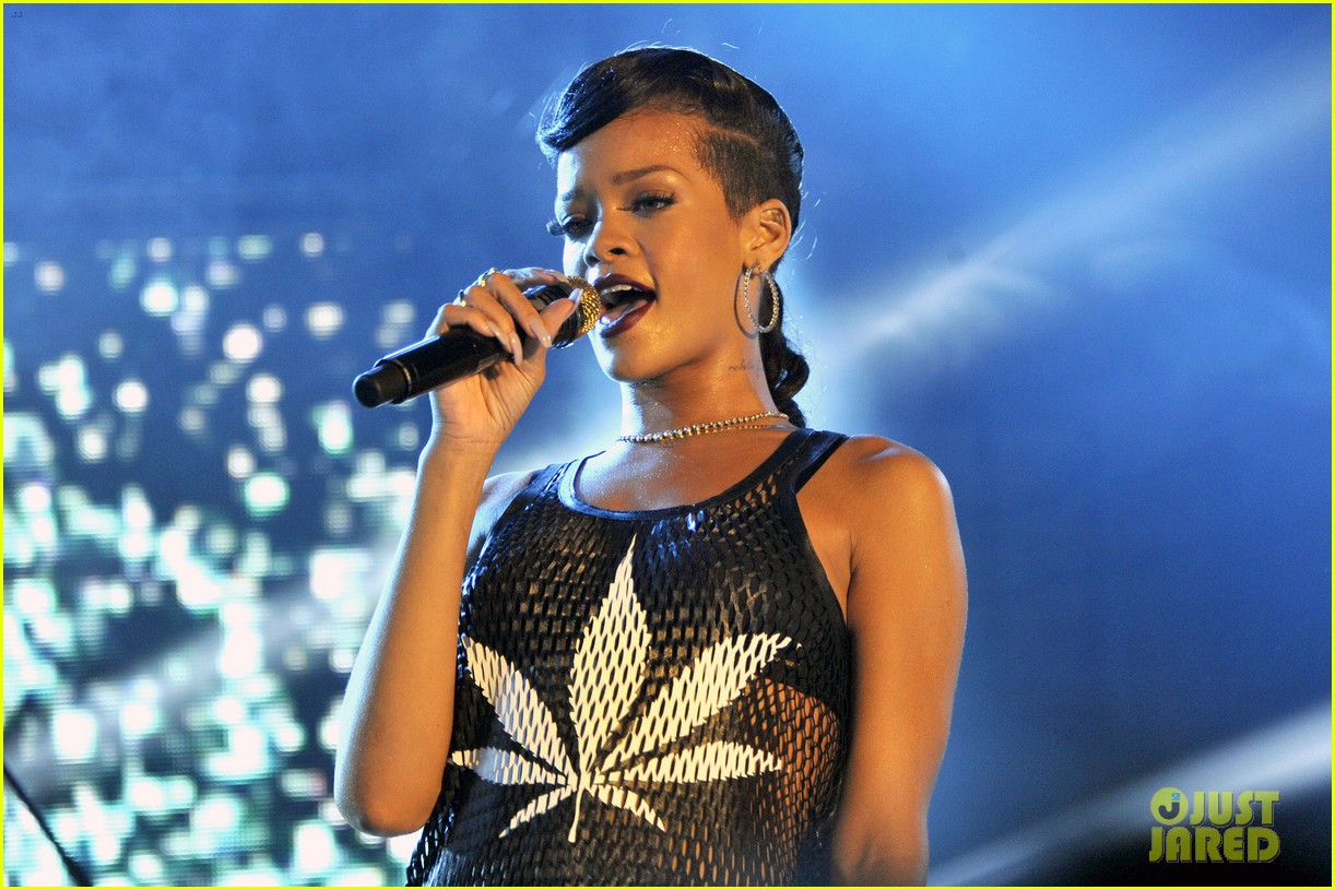 rihanna 777 tour hits berlin unapologetic in stores now 062760714