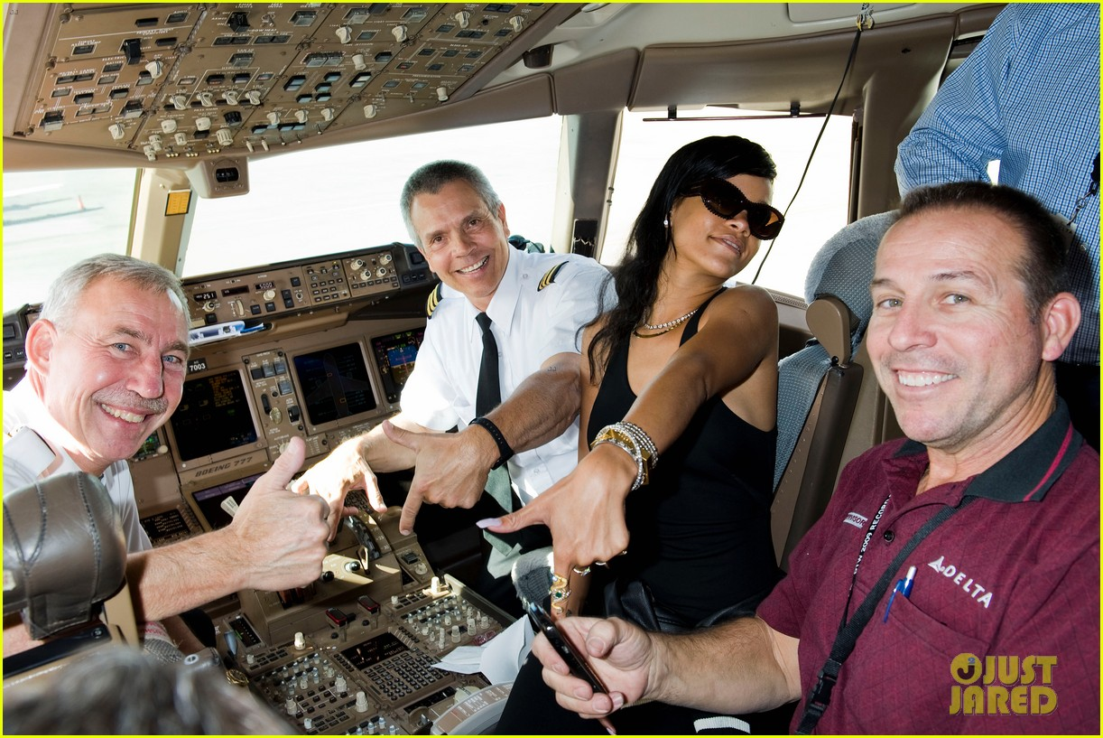 rihanna cockpit on 777 tour 15