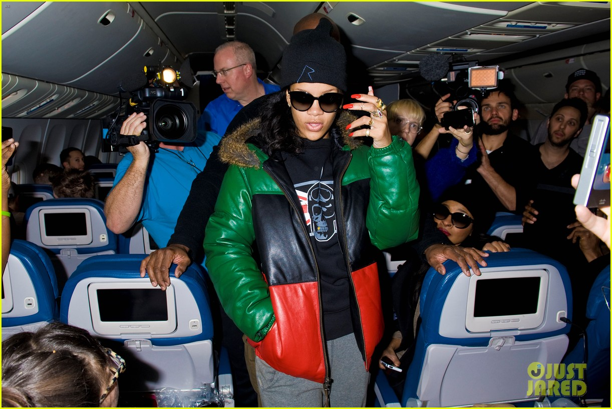 rihanna emerges on 777 tour flight to nyc first pics 04