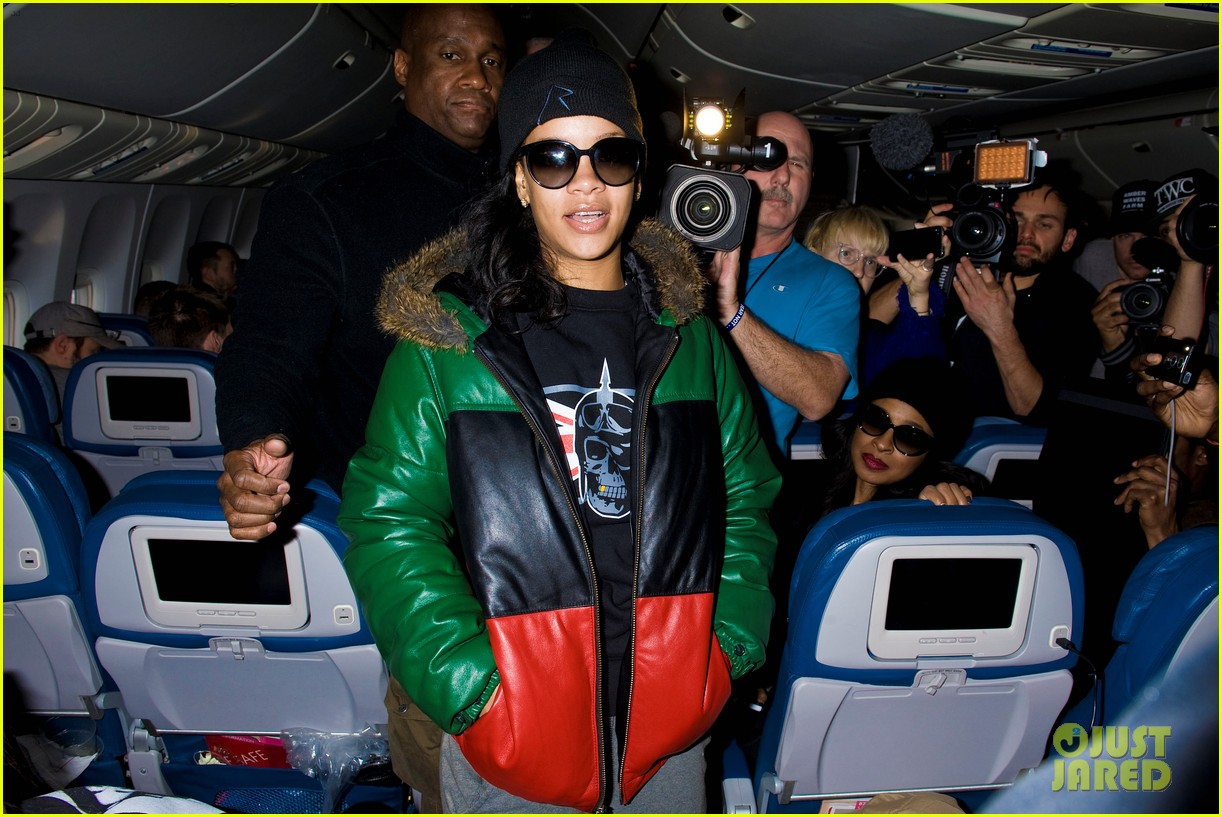 rihanna emerges on 777 tour flight to nyc first pics 09