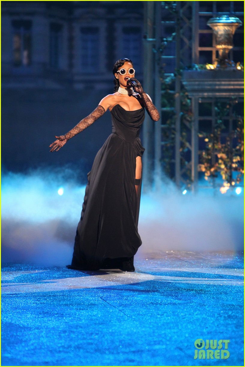 rihanna victorias secret fashion show 2012 performance 08