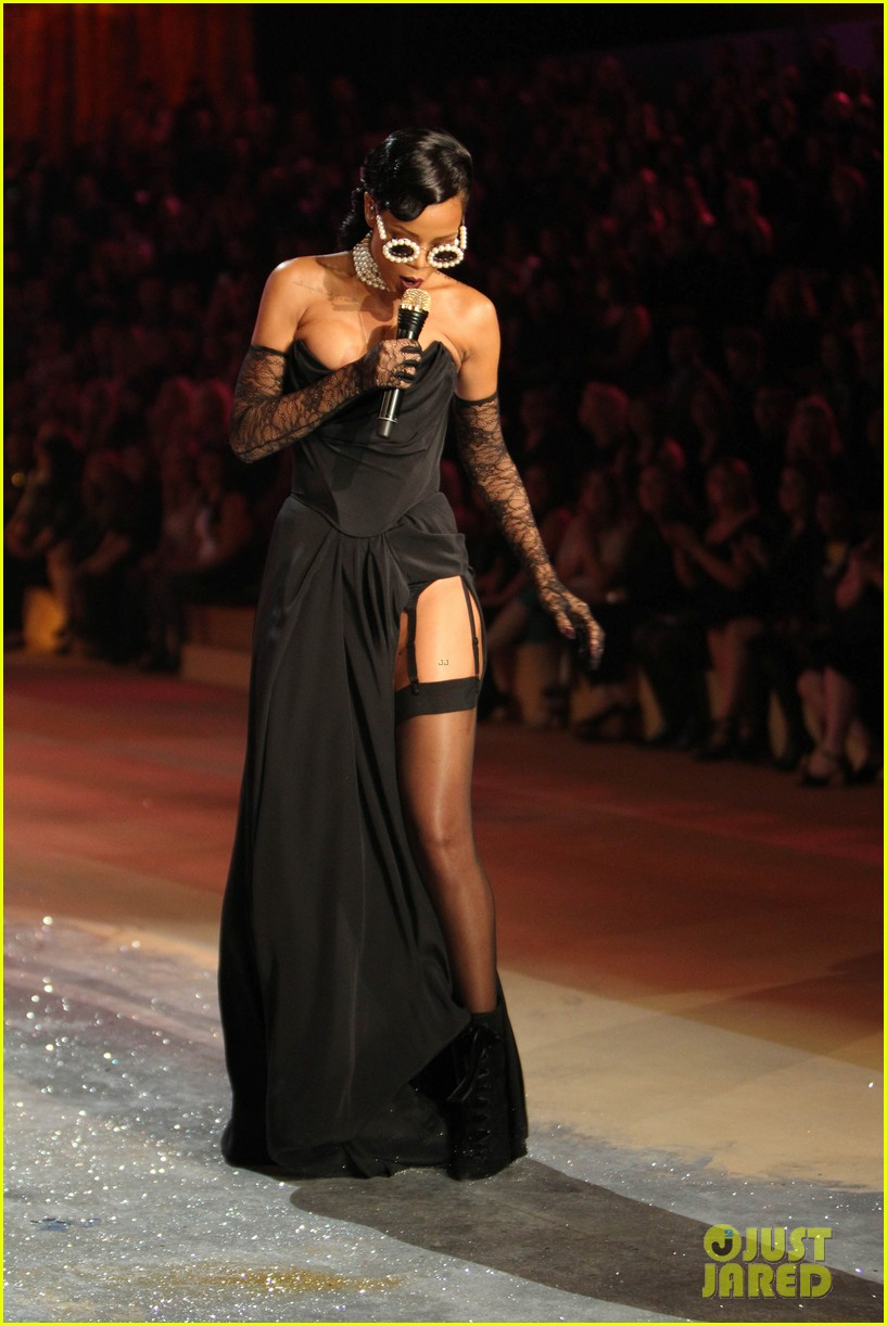 rihanna victorias secret fashion show 2012 performance 19