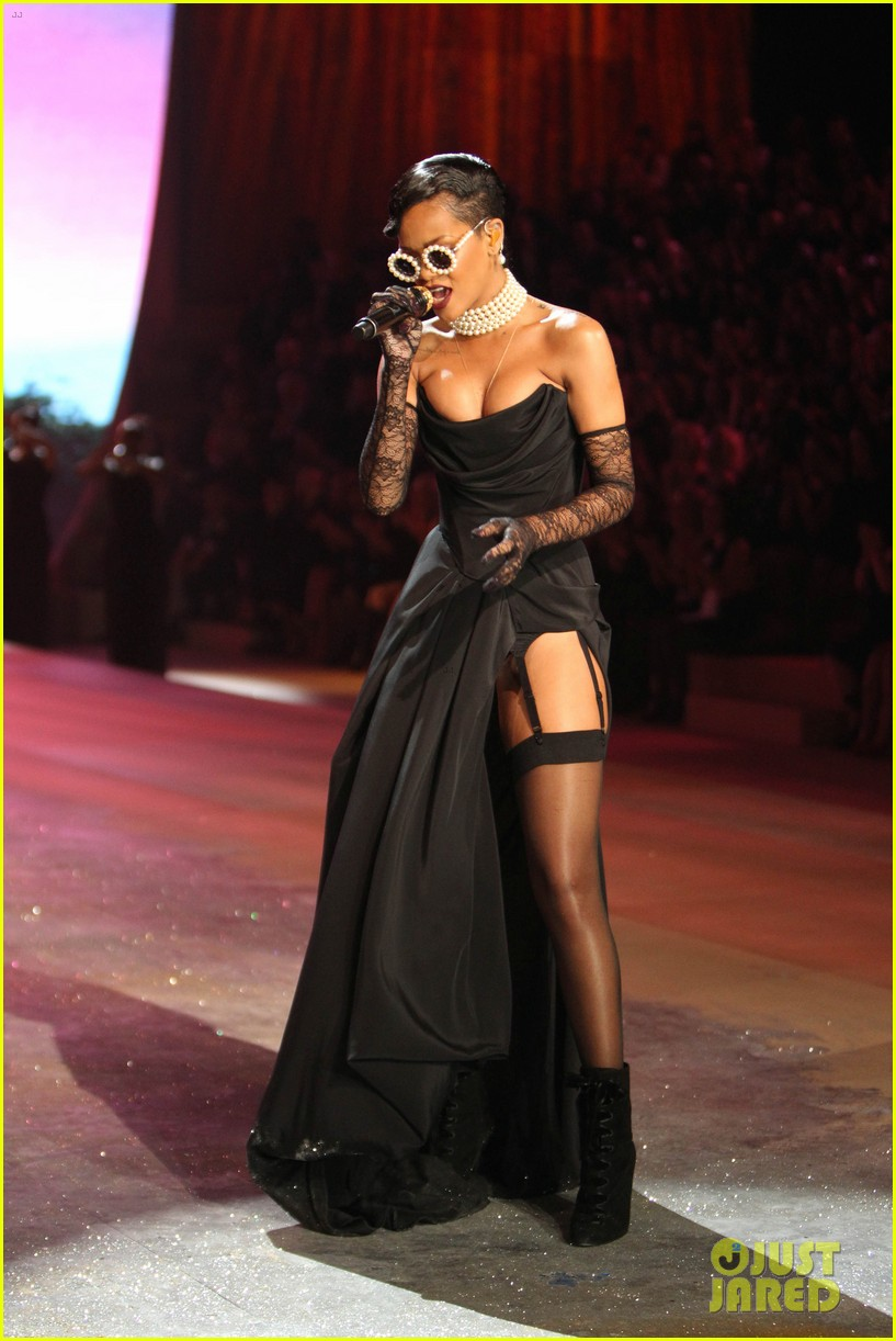 rihanna victorias secret fashion show 2012 performance 21