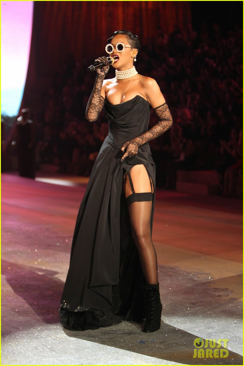 rihanna victorias secret fashion show 2012 performance 22