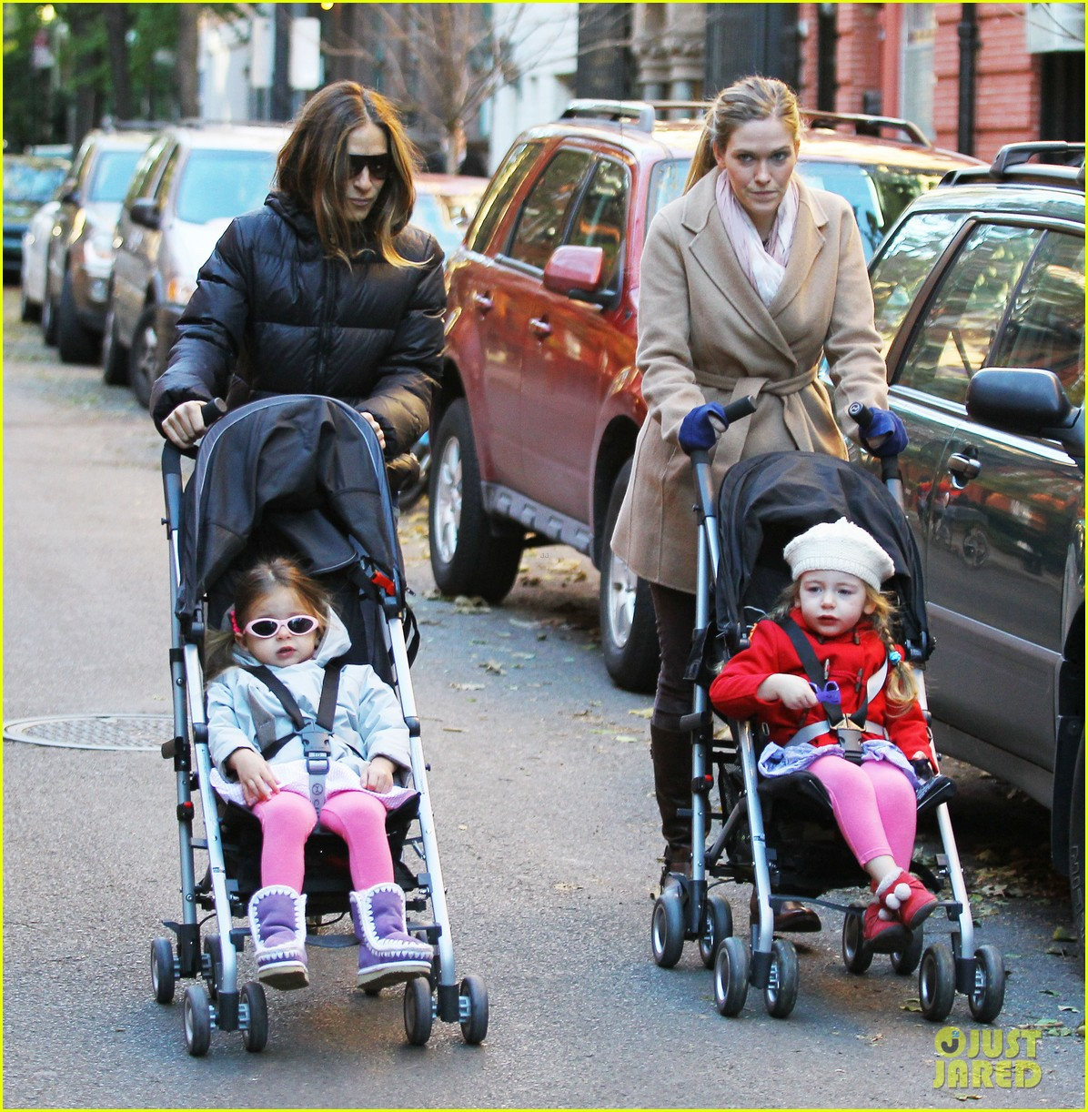 sarah jessica parker brisk morning walk with the kids 09