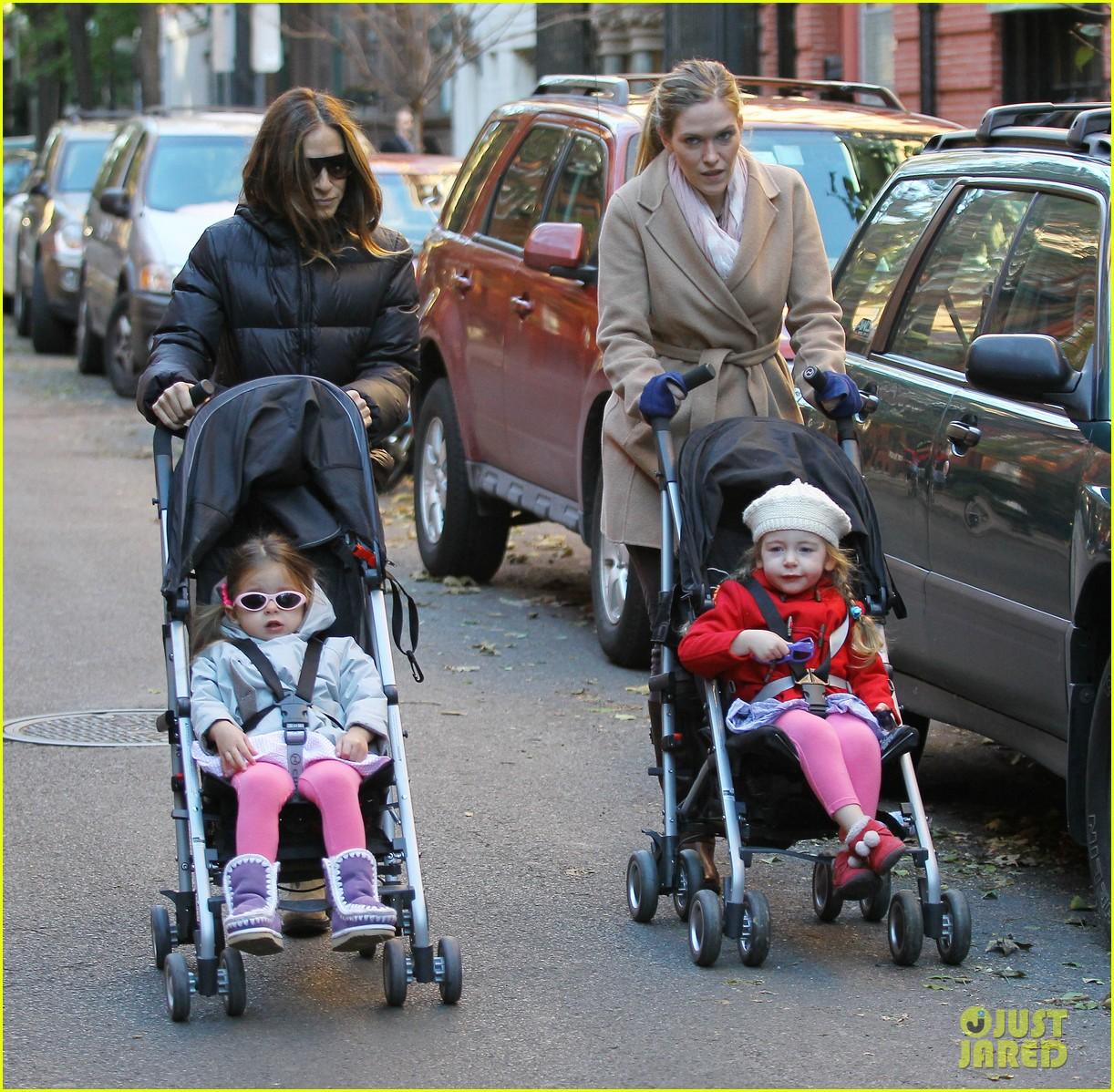 sarah jessica parker brisk morning walk with the kids 10