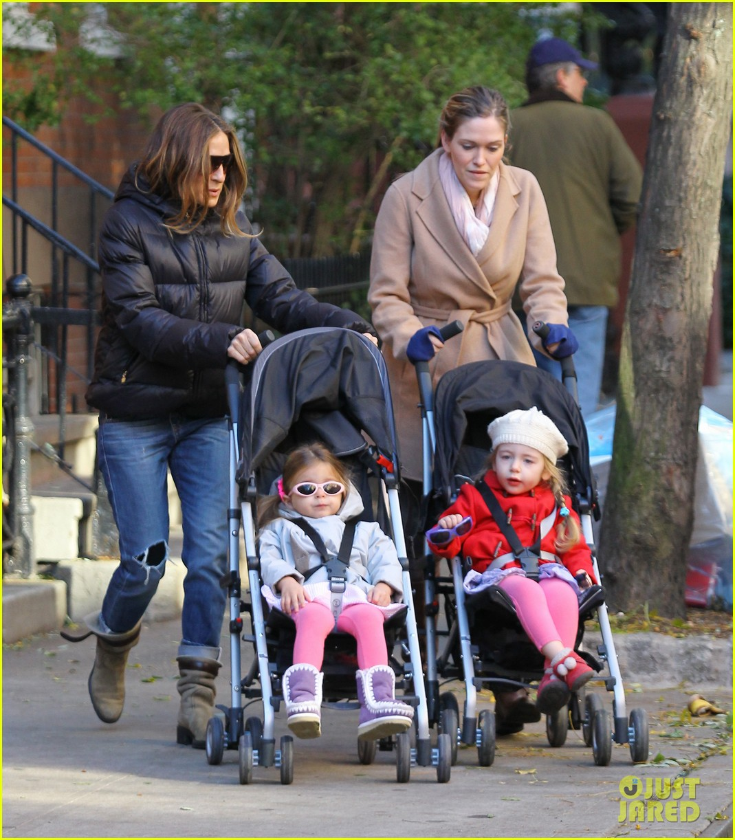 sarah jessica parker brisk morning walk with the kids 16