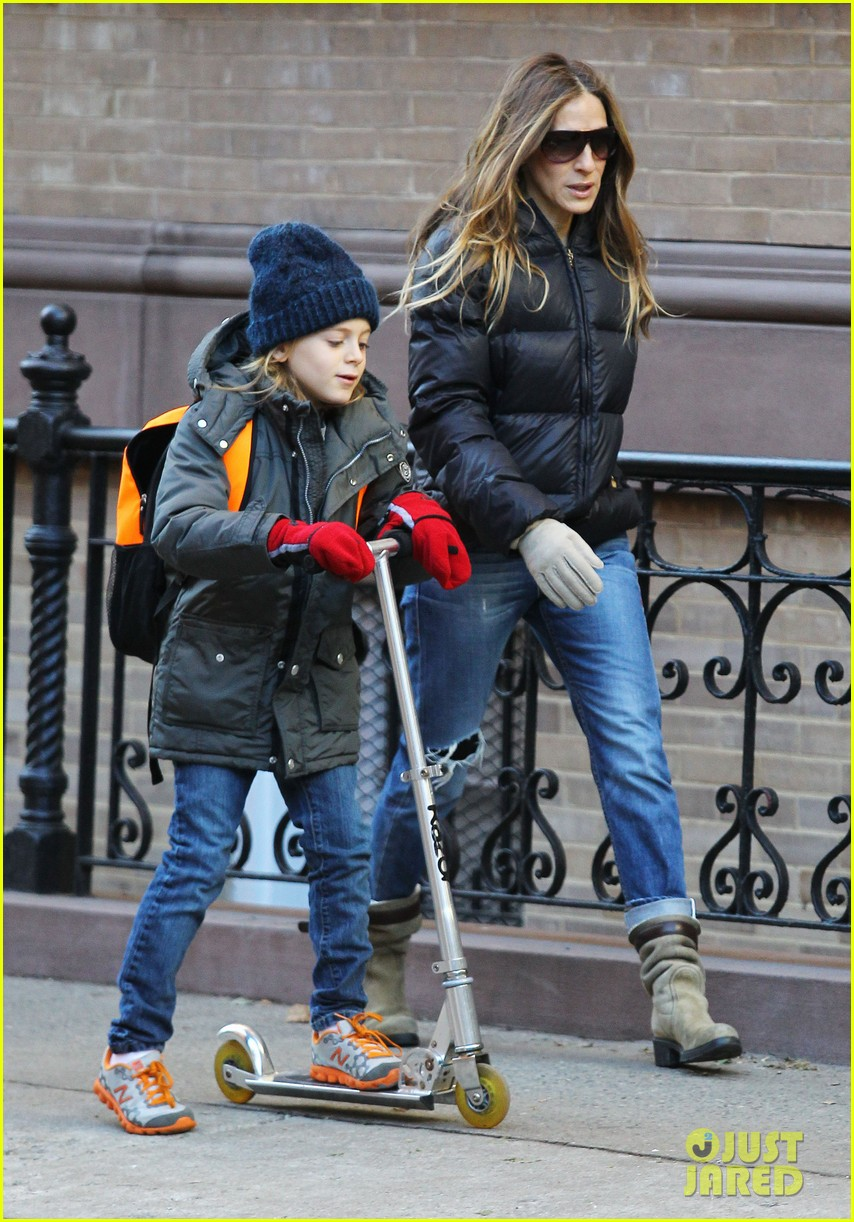sarah jessica parker brisk morning walk with the kids 21