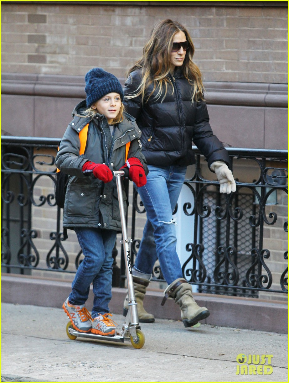 sarah jessica parker brisk morning walk with the kids 22