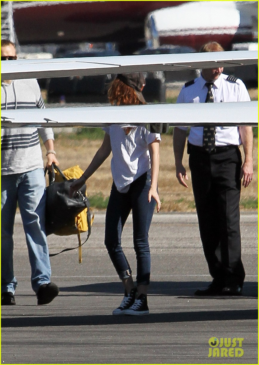 kristen stewart robert pattinson jet out on private plane 11