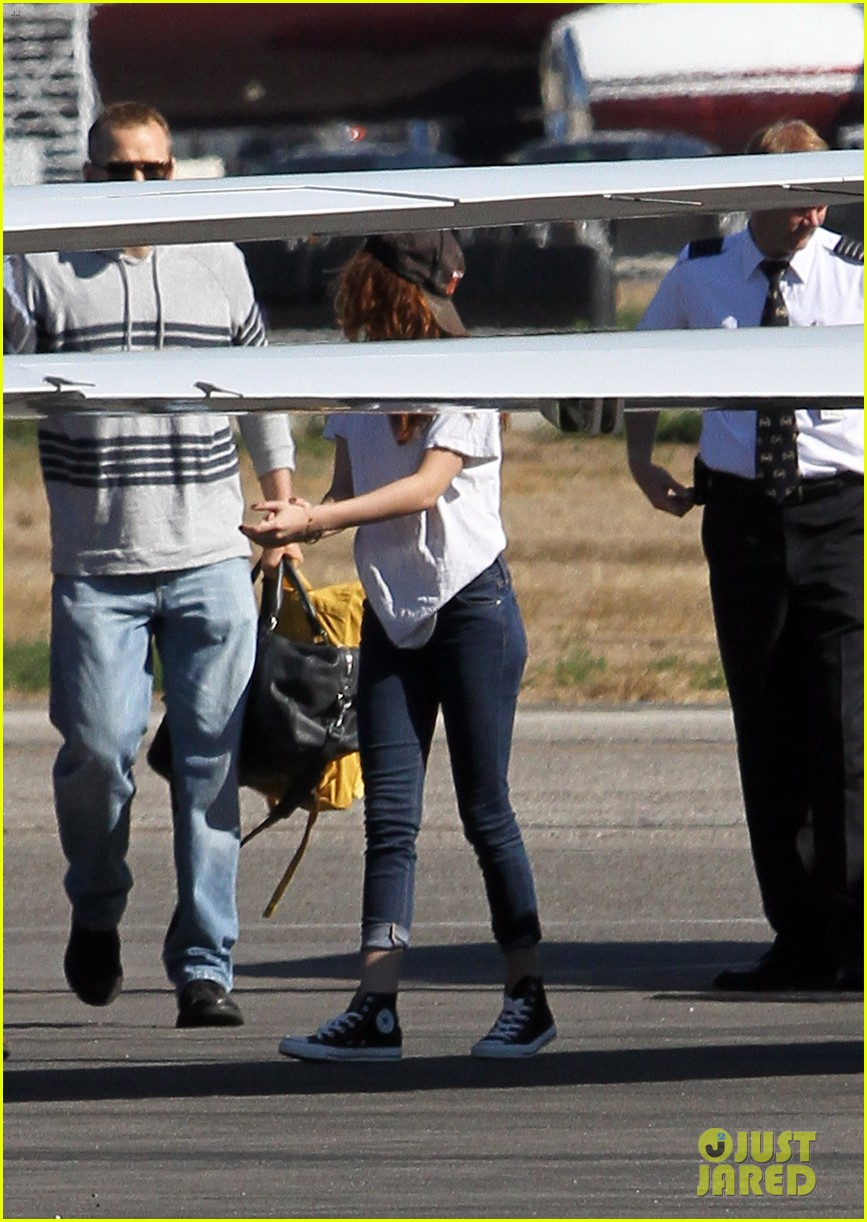 kristen stewart robert pattinson jet out on private plane 12