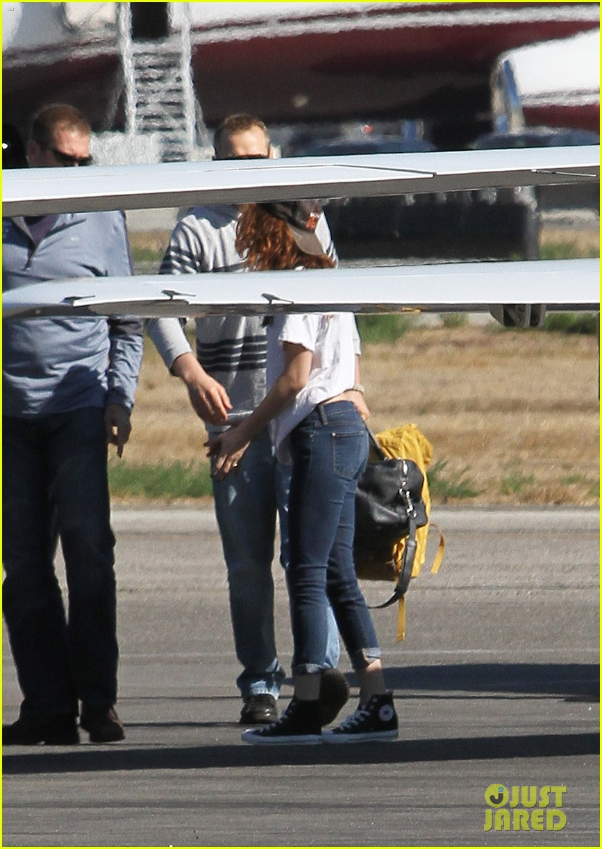kristen stewart robert pattinson jet out on private plane 14