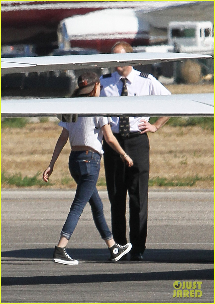 kristen stewart robert pattinson jet out on private plane 192752038