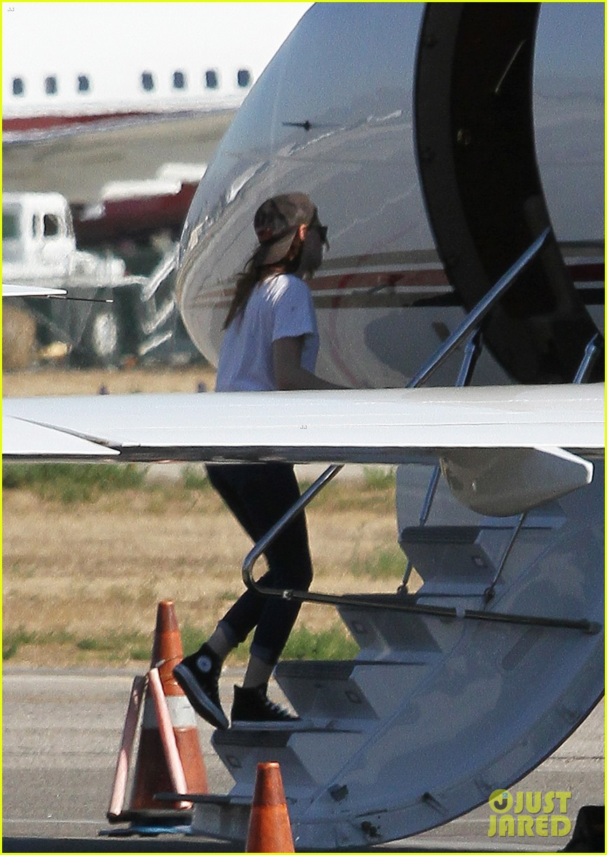 kristen stewart robert pattinson jet out on private plane 252752044