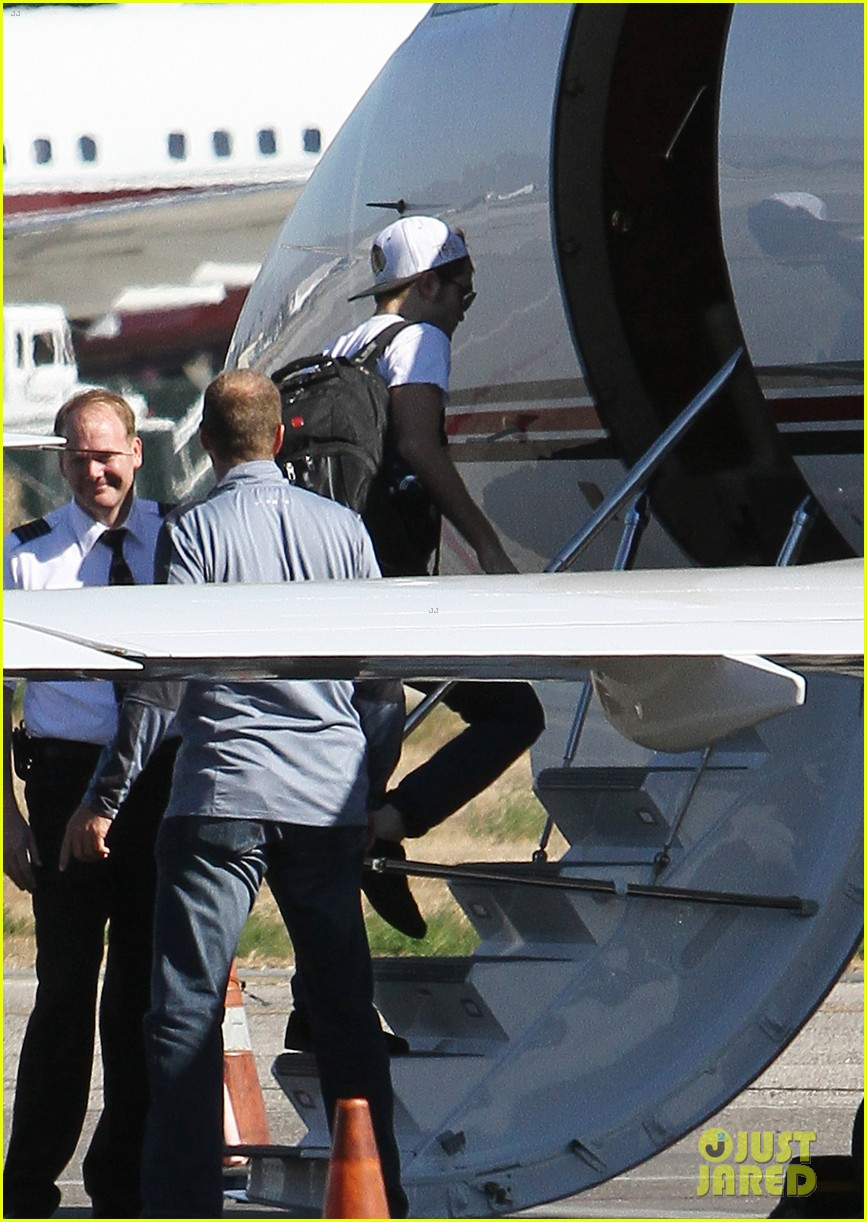 kristen stewart robert pattinson jet out on private plane 32