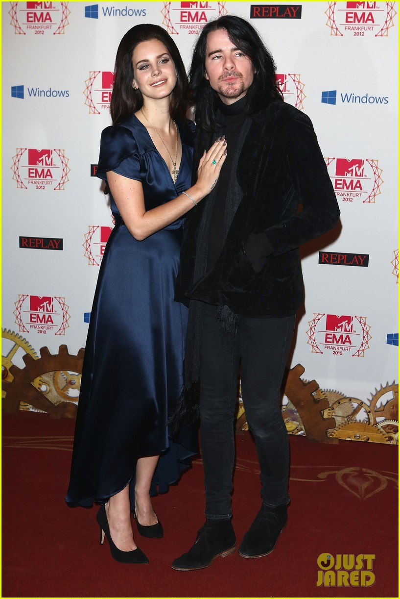 taylor swift lana del rey mtv emas 2012 red carpet 032755324