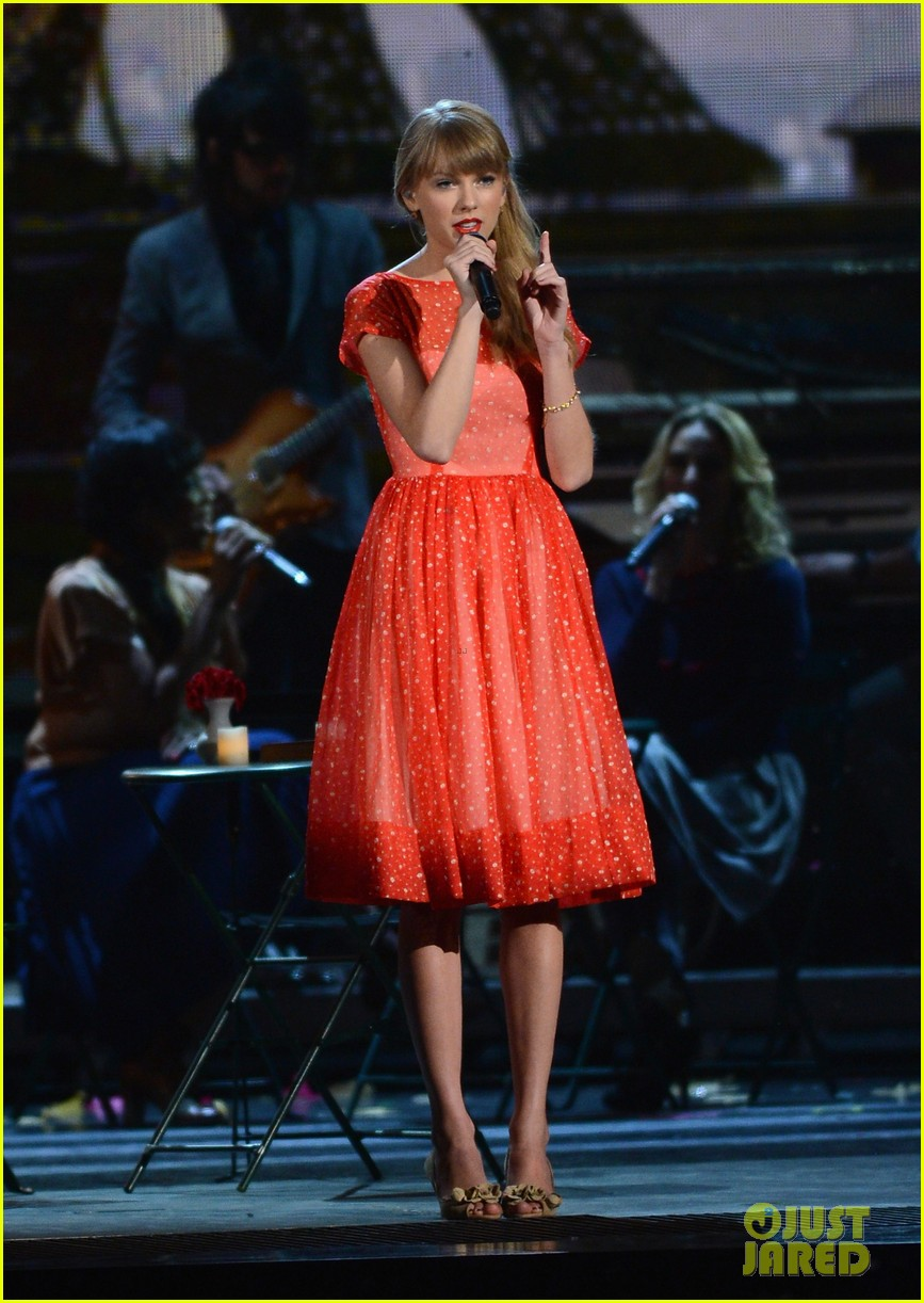 taylor swift live performance cmas 052749613