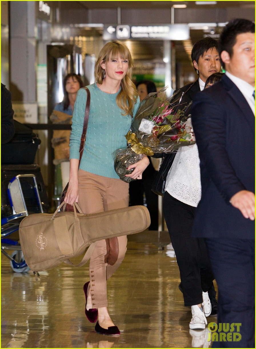 http://cdn04.cdn.justjared.com/wp-content/uploads/2012/11/swift-narita/taylor-swift-meets-fans-at-narita-airport-in-tokyo-04.jpg