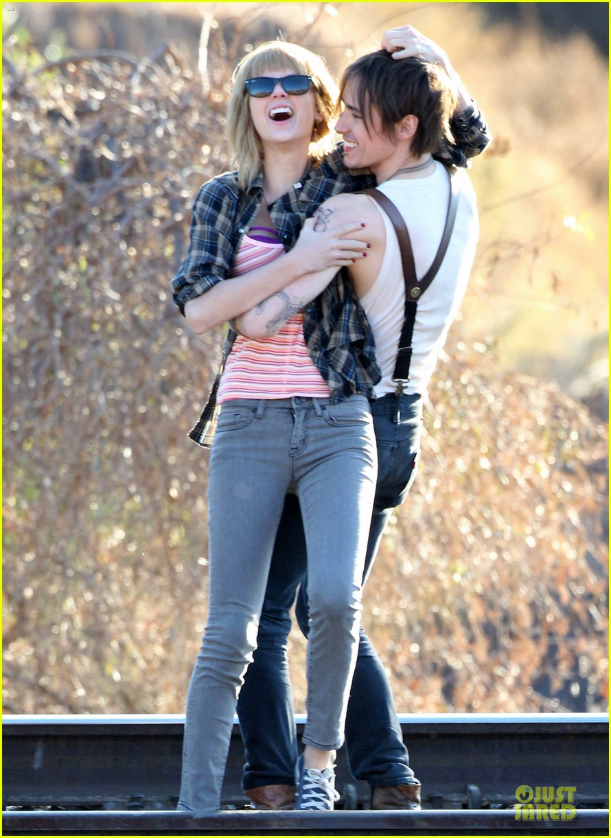 taylor swift piggy back ride on i knew you were trouble set 11