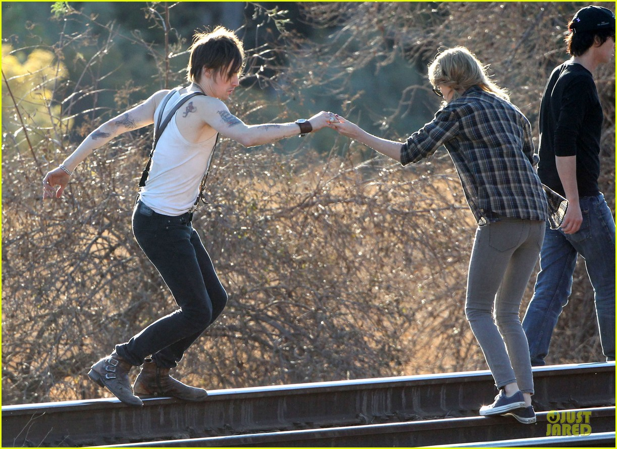 taylor swift piggy back ride on i knew you were trouble set 16