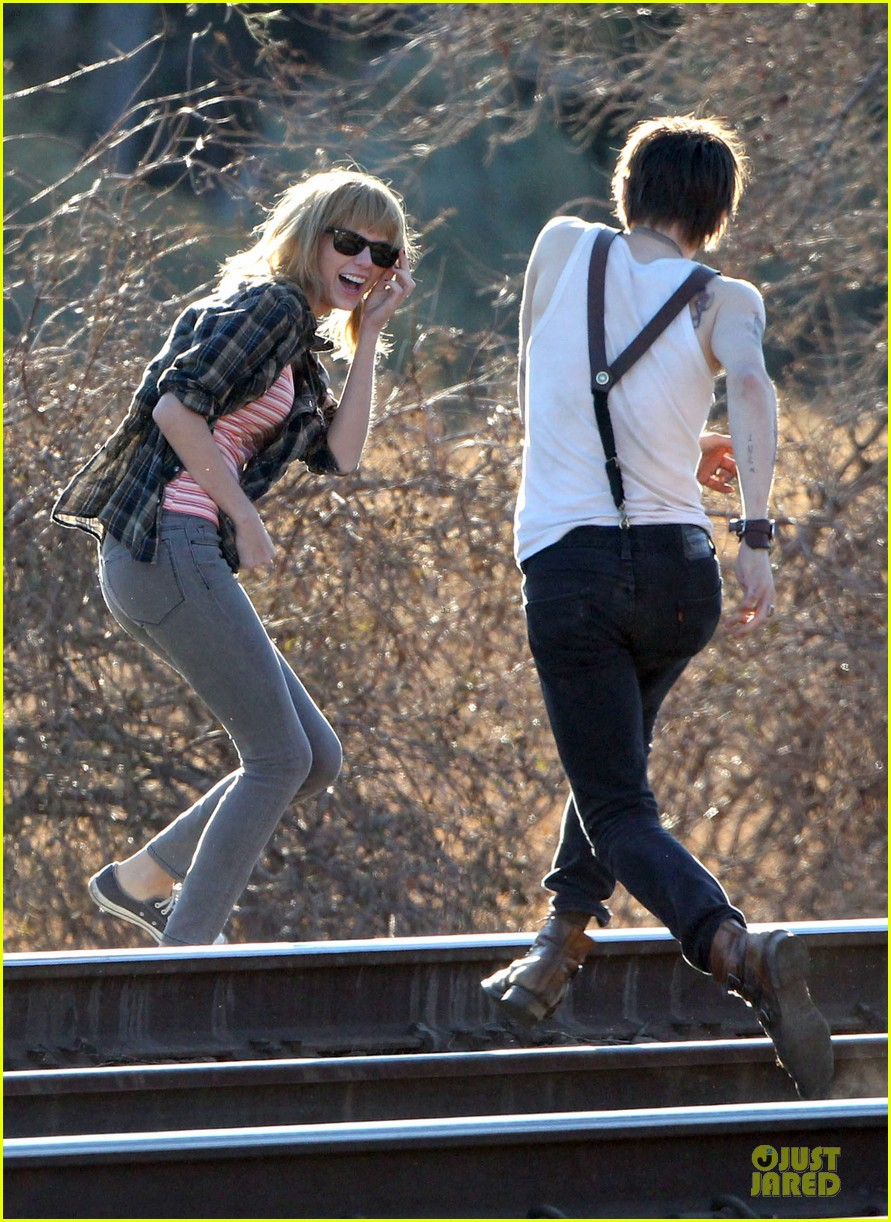 taylor swift piggy back ride on i knew you were trouble set 18