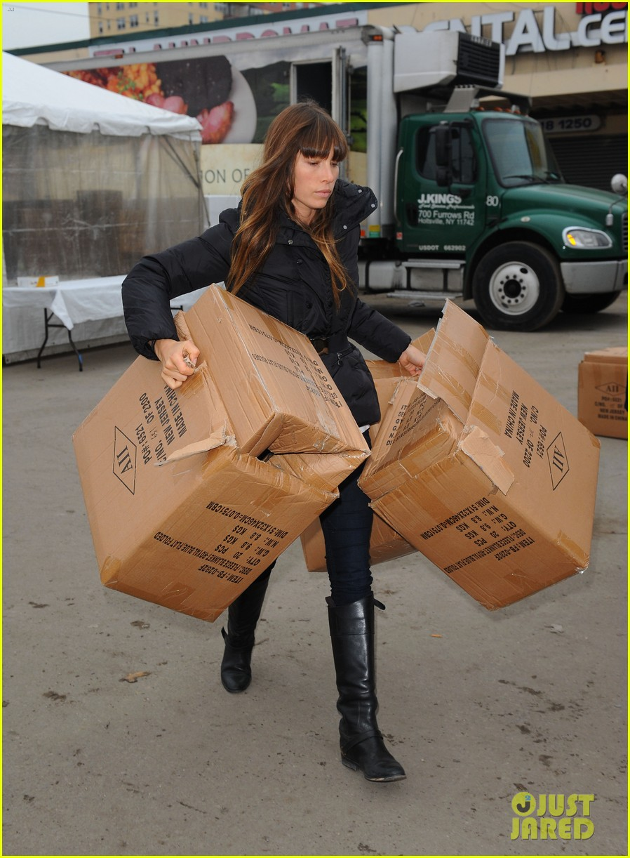 justin timberlake jessica biel hurricane sandy relief workers 012754993