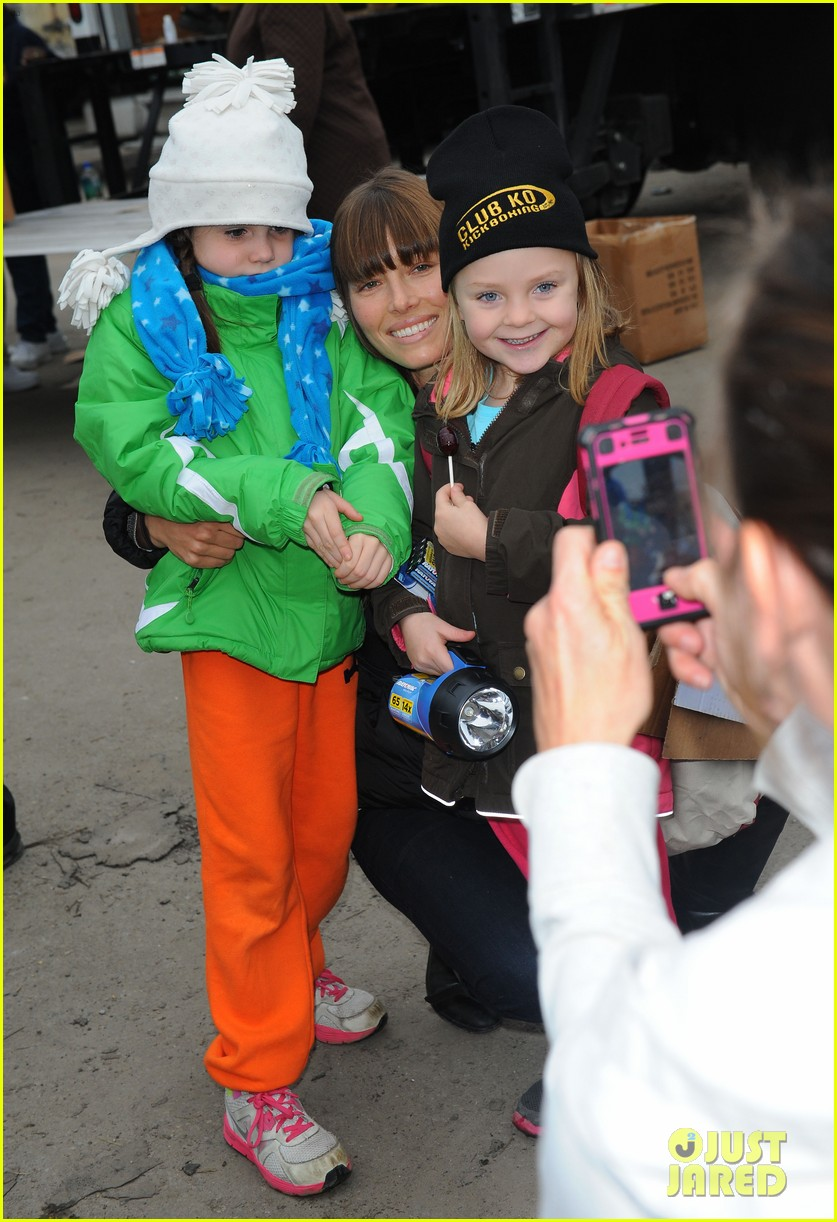 justin timberlake jessica biel hurricane sandy relief workers 11