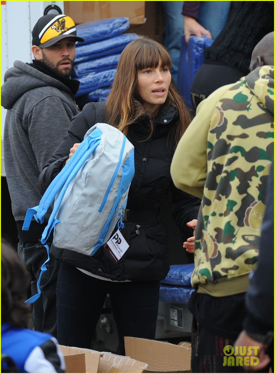 justin timberlake jessica biel hurricane sandy relief workers 252755017