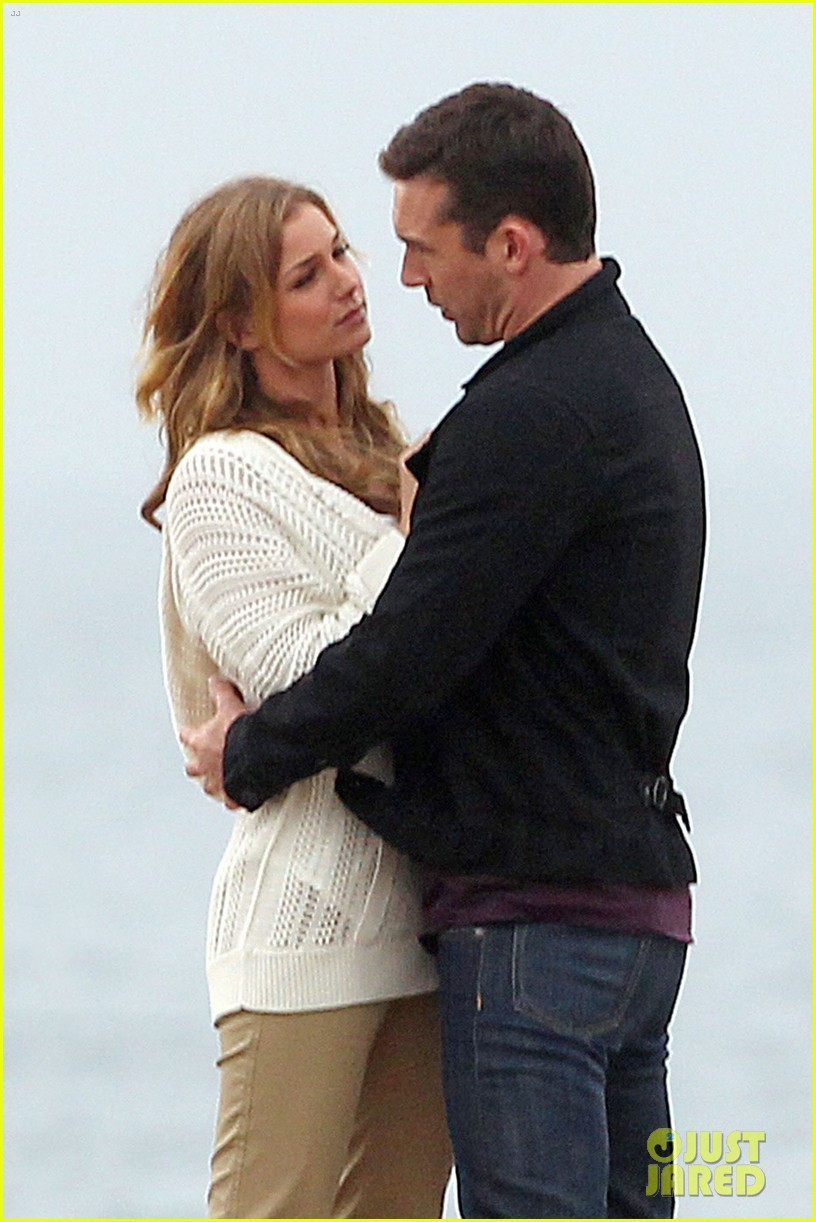 emily vancamp barry sloane revenge kiss in the rain 072766350