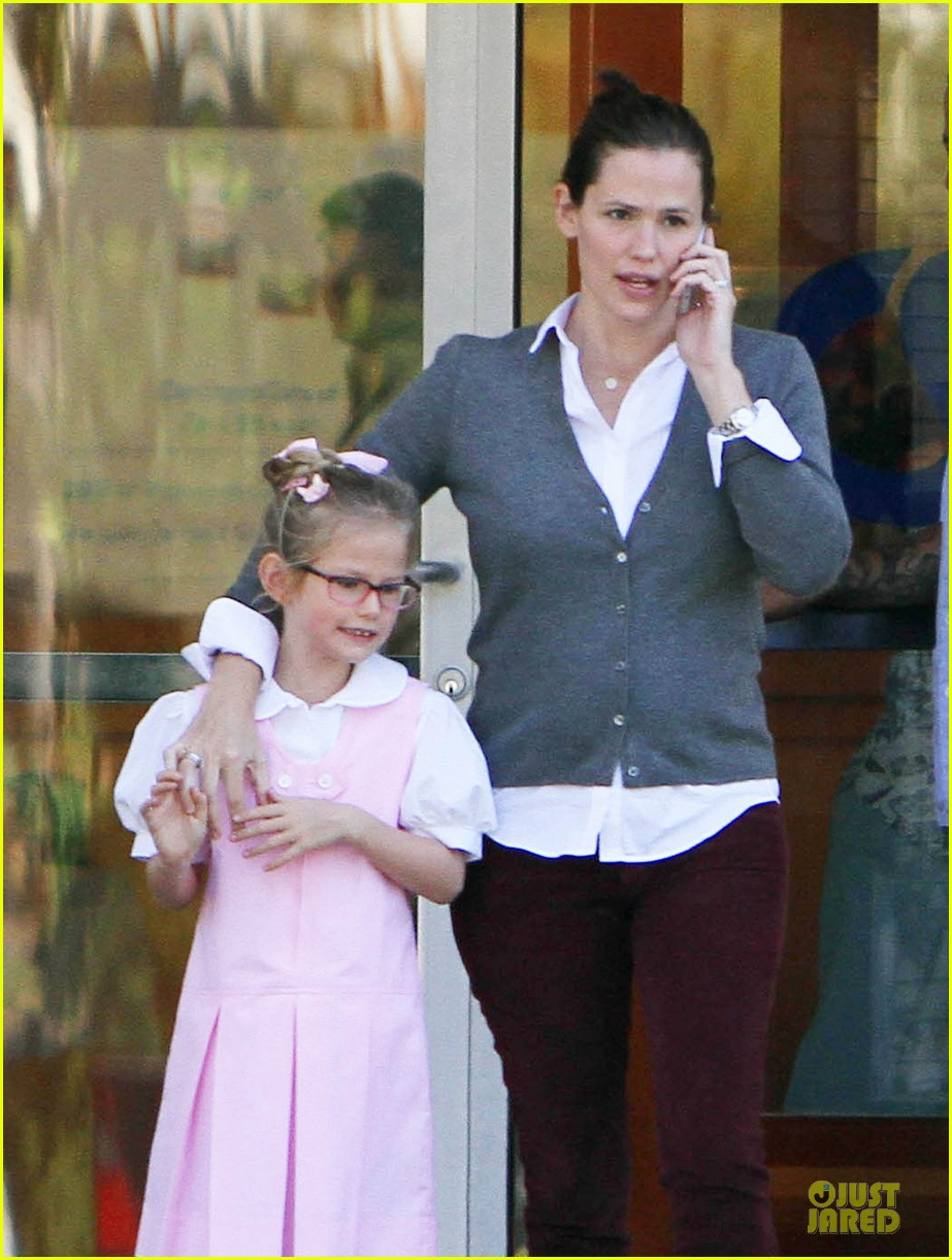 jennifer garner voting stop with violet 022752359