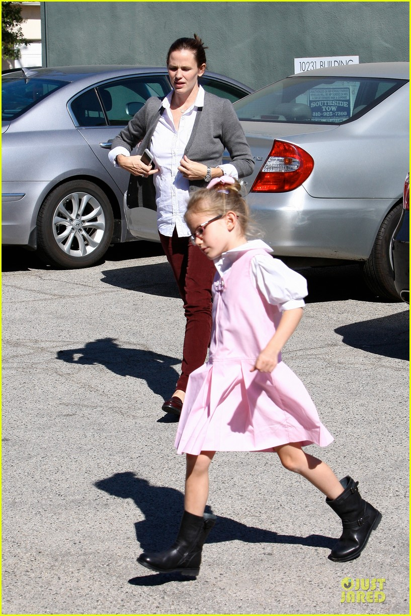 jennifer garner voting stop with violet 23