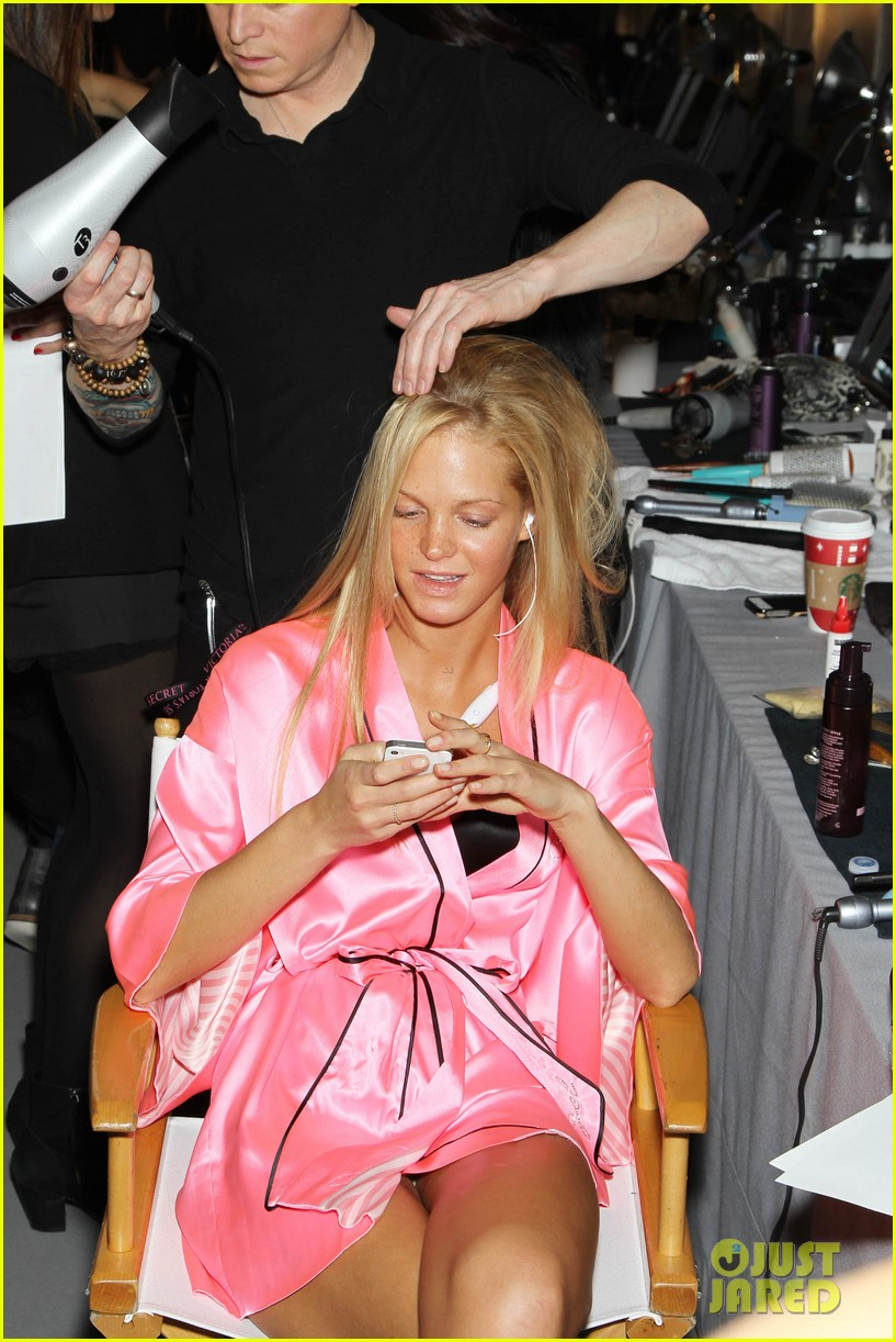 miranda kerr erin heatherton victorias secret fashion show backstage pics 14