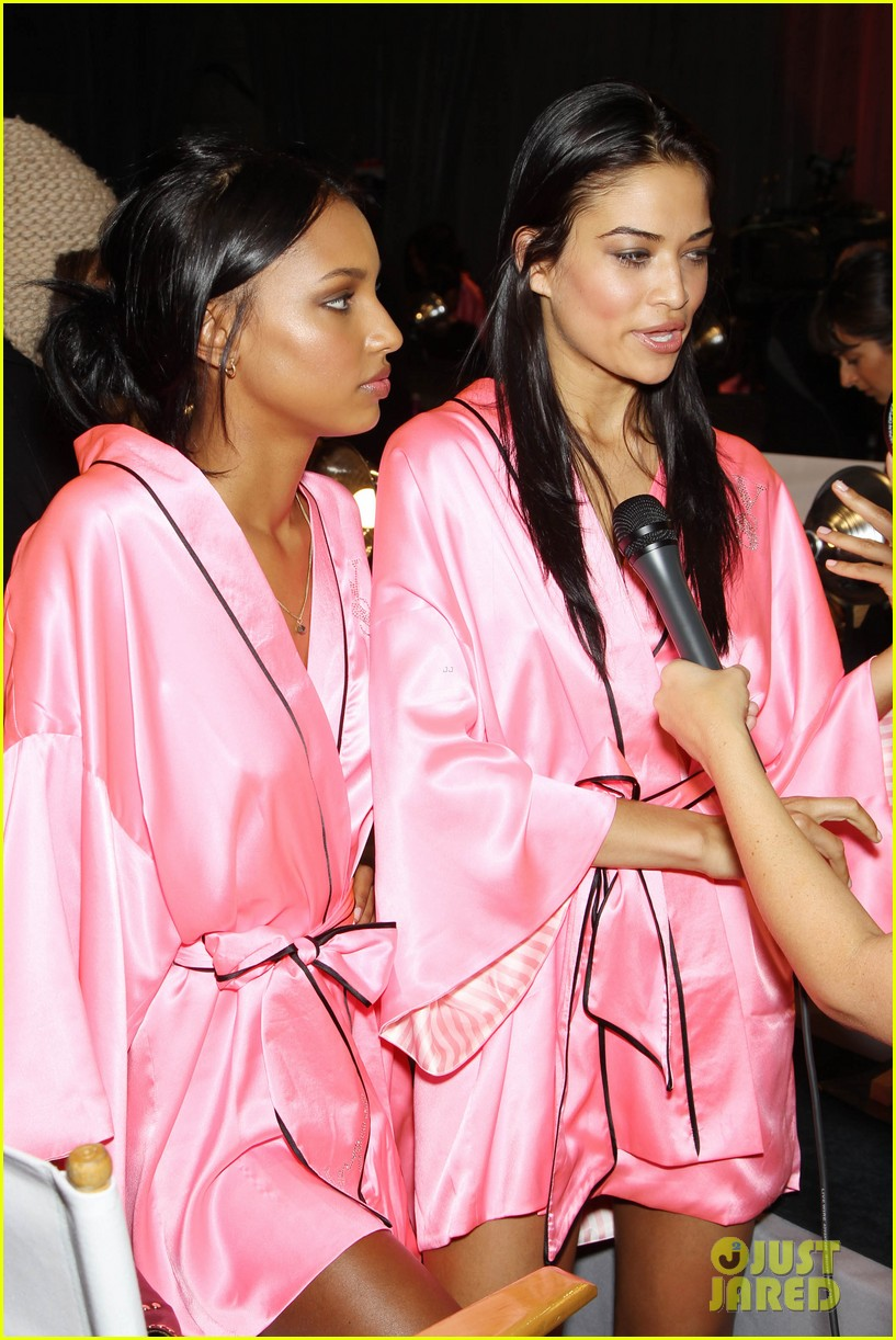 miranda kerr erin heatherton victorias secret fashion show backstage pics 28