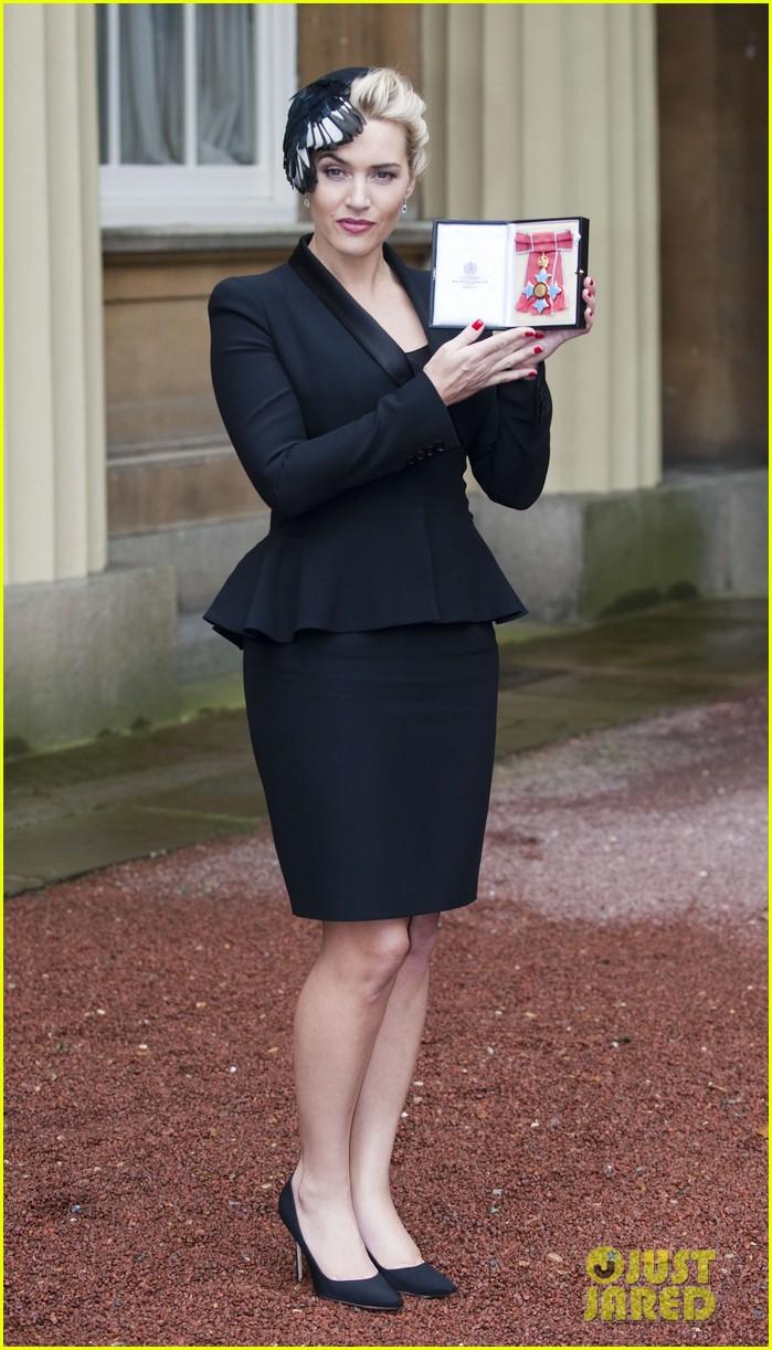 kate winslet receives cbe drama award at buckingham palace 05