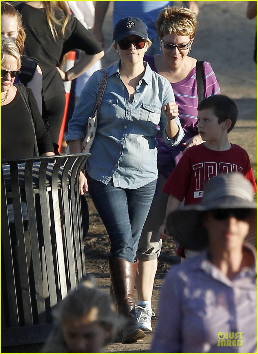 reese witherspoon avas track event with mother betty 01