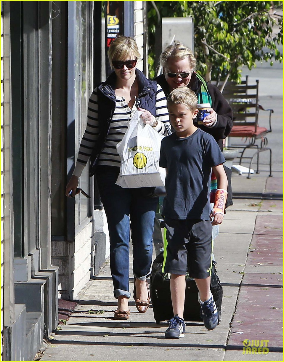 reese witherspoon food take out with deacon 112755521