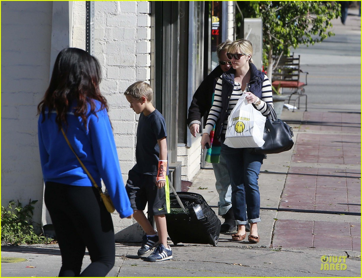 reese witherspoon food take out with deacon 16