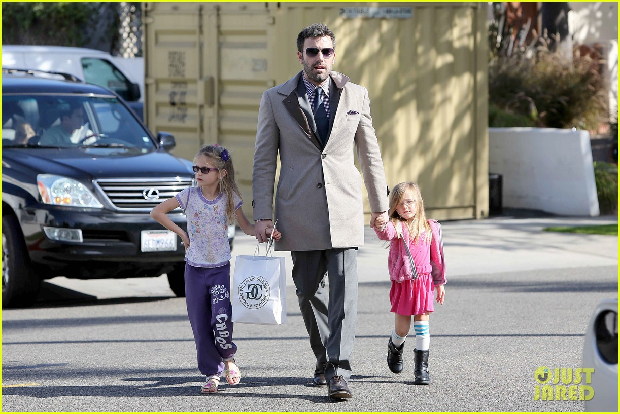 ben affleck williams sonoma shopping with the girls 172779875