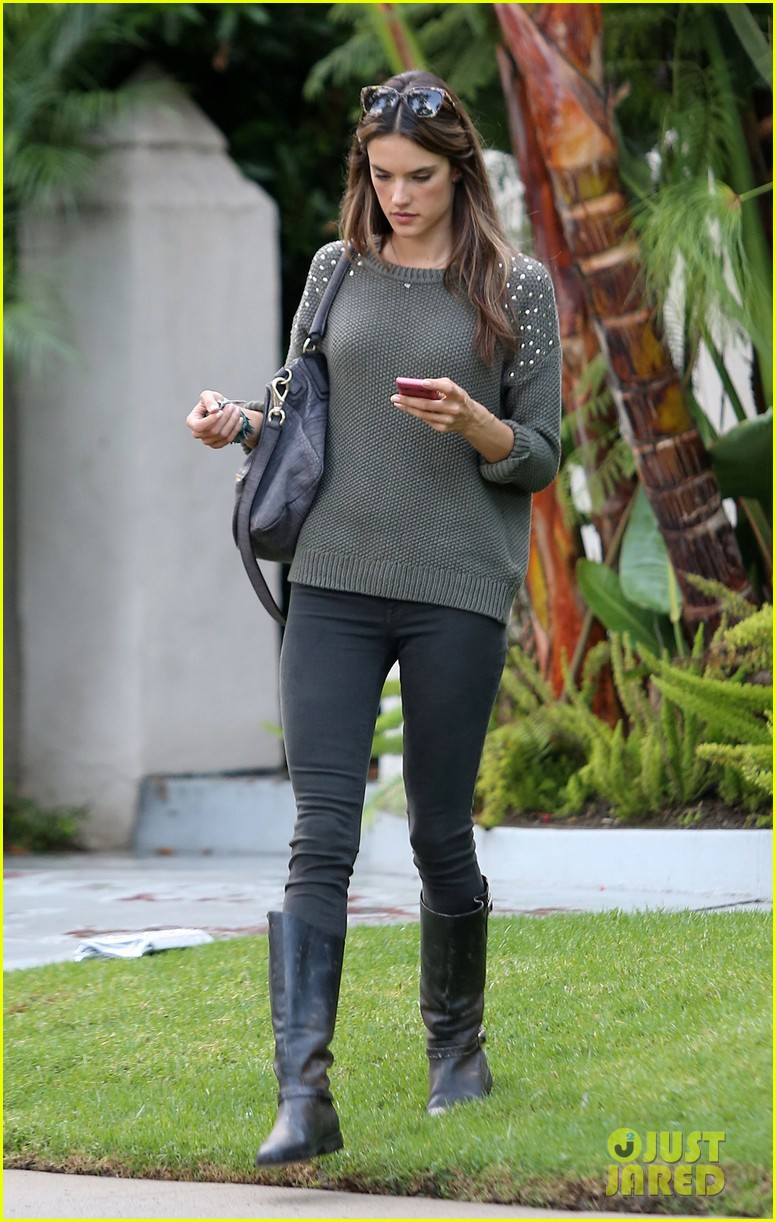 alessandra ambrosio eat healthy during post pregnancy diet 092767415