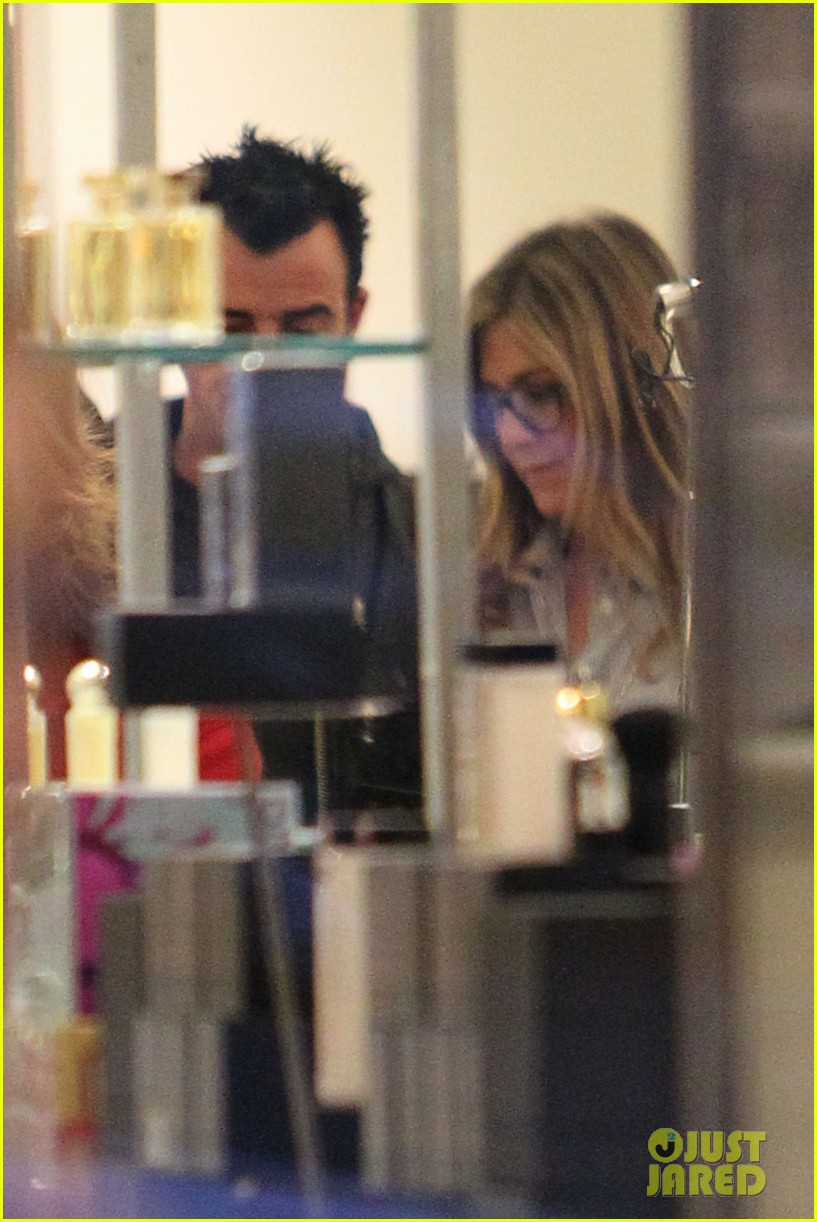 jennifer aniston justin theroux barneys new york shoppers 12