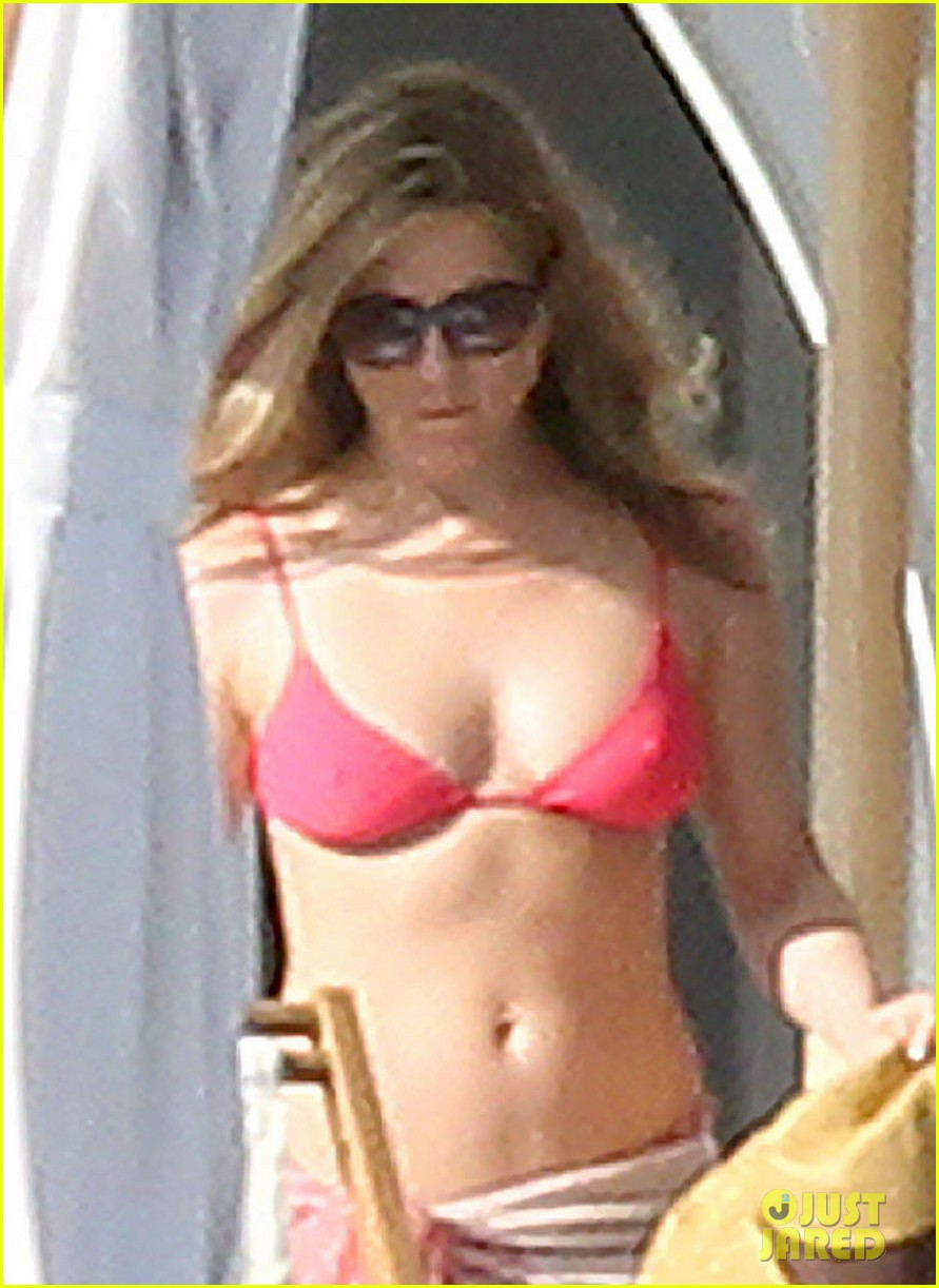 jennifer aniston bikini sunbathing with shirtless justin theroux 02