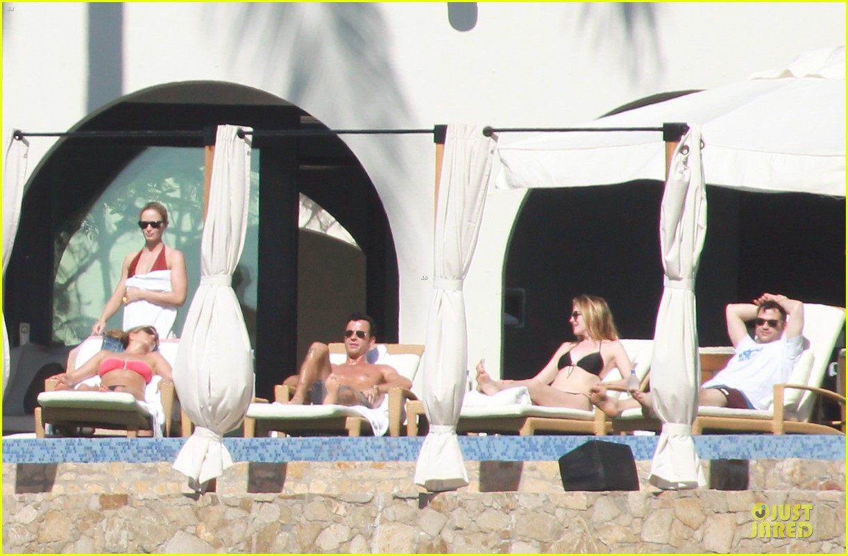 jennifer aniston justin theroux kissing cabo couple 03