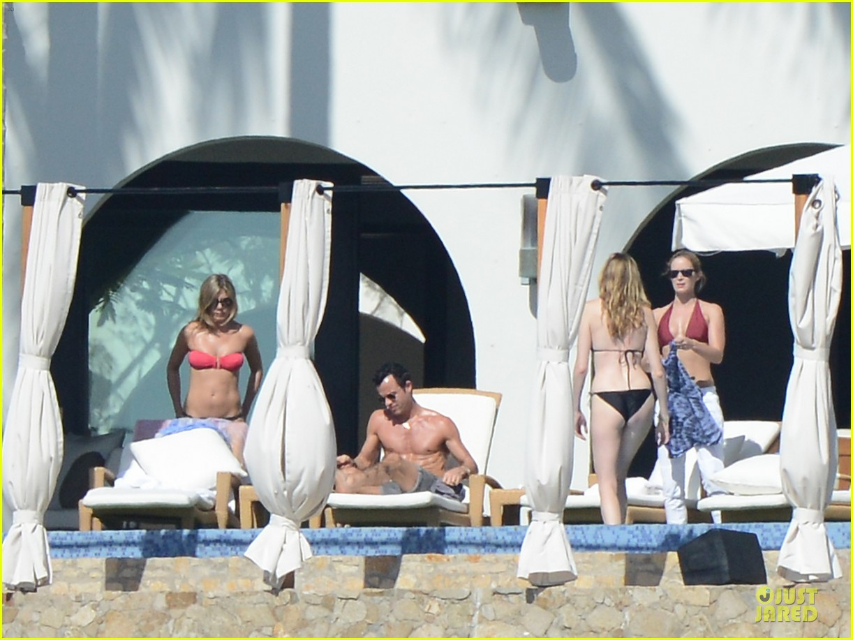 jennifer aniston justin theroux kissing cabo couple 102781904