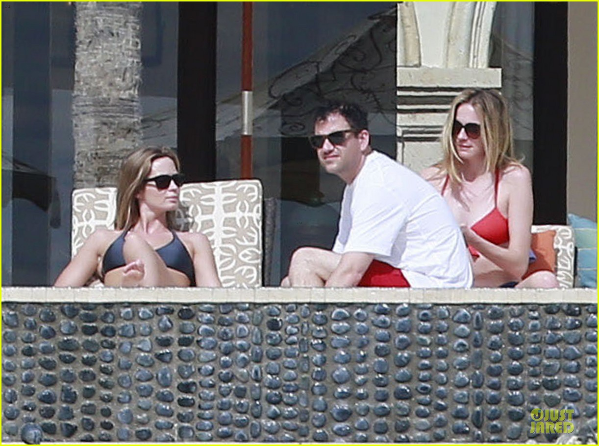 jennifer aniston & justin theroux paddle boarding fun with friends 23