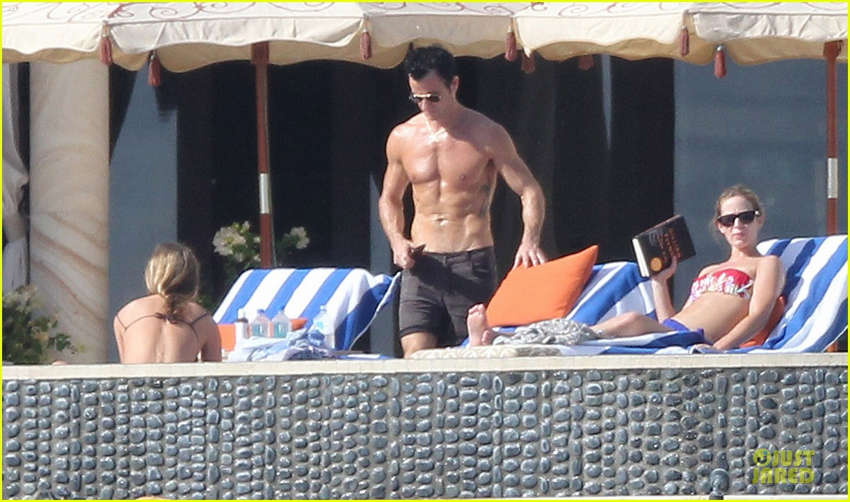 jennifer aniston beach reading with justin theroux 01