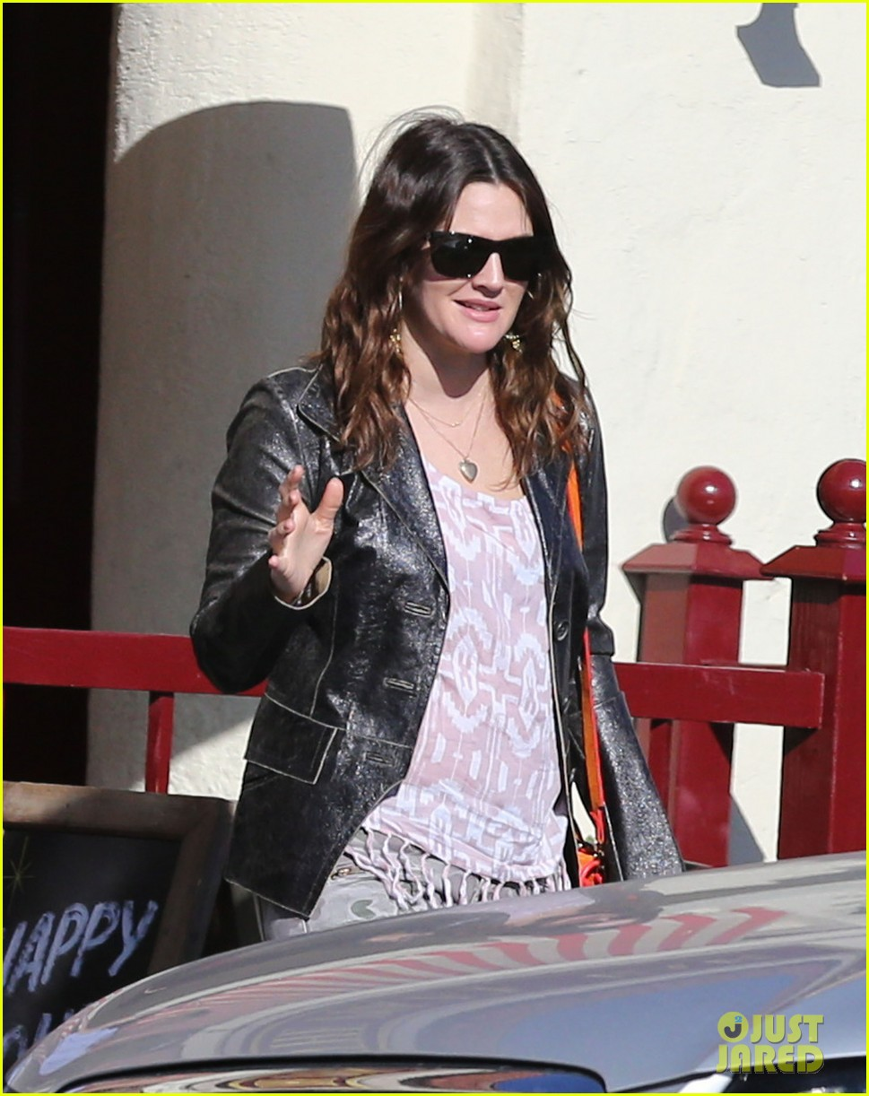 drew barrymore laughing at lunch 01