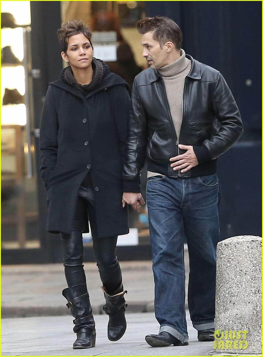 halle berry olivier martinez visit churches in paris 16