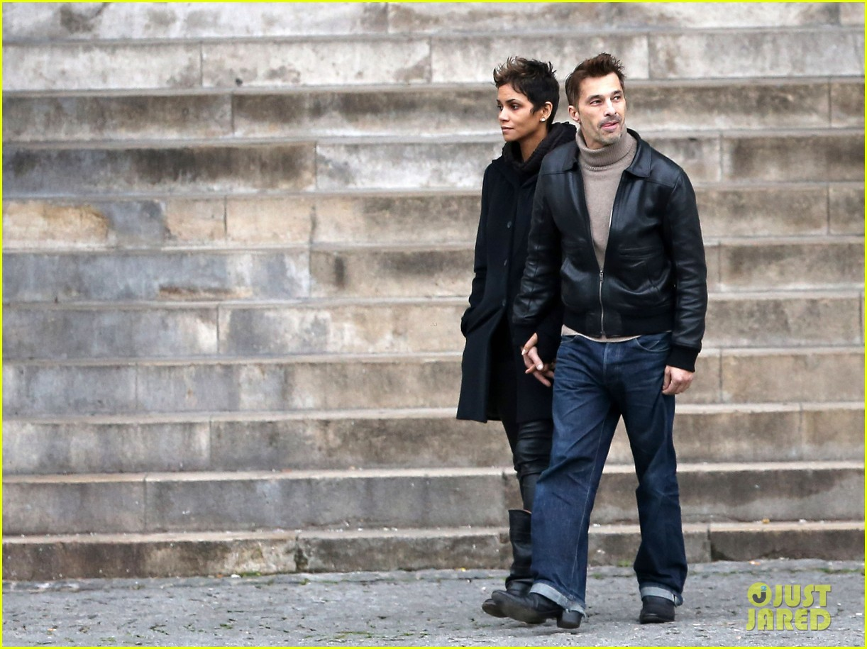 halle berry olivier martinez visit churches in paris 24